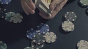 Το άτομο ` s δίνει τις shuffing κάρτες Παιχνίδι Pocker Στοκ Φωτογραφίες