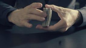 Το άτομο ` s δίνει τις shuffing κάρτες Παιχνίδι Pocker Στοκ Εικόνες