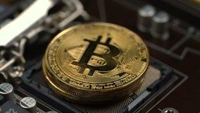 Το άτομο ` s μαζεύει με το χέρι επάνω bitcoins ένα προς ένα που βρίσκονται στην υποδοχή επεξεργαστών απόθεμα βίντεο