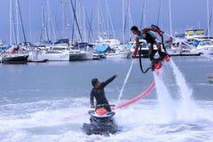 Το άτομο Unidentfied καταδεικνύει flyboard το acrobatics, Στοκ Φωτογραφία