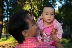 Το άτομο Youg που κρατά την κόρη του, κλείνει επάνω το πορτρέτο στο πάρκο Στοκ φωτογραφίες με δικαίωμα ελεύθερης χρήσης