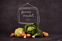 Το λάχανο, το κουνουπίδι, οι πατάτες μπρόκολου, τα κρεμμύδια, το σκόρδο και το χέρι που σύρονται την αγορά υπογράφουν ferme Στοκ φωτογραφία με δικαίωμα ελεύθερης χρήσης