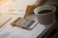 Το δάχτυλο δείχνει το διάγραμμα επιχειρησιακών εκθέσεων σε κινητό, εργασία Στοκ φωτογραφία με δικαίωμα ελεύθερης χρήσης