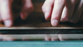 Το δάχτυλο σχετικά με τα εικονικά κλειδιά διαμορφώνει ένα ψηφιακό πληκτρολόγιο μιας συσκευής ταμπλετών οθονών επαφής απόθεμα βίντεο
