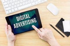 Το δάχτυλο χτυπά την οθόνη με την ψηφιακή λέξη διαφήμισης με το πληκτρολόγιο Στοκ εικόνες με δικαίωμα ελεύθερης χρήσης