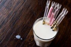 Το άχυρο γάλακτος με τις χάντρες γεύσης ενθαρρύνει την κατανάλωση γάλακτος για τα παιδιά Στοκ Εικόνες