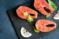 Το άλας πιπεριών μπριζολών σολομών πρασινίζει το λεμόνι Στοκ φωτογραφία με δικαίωμα ελεύθερης χρήσης
