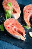 Το άλας πιπεριών μπριζολών σολομών πρασινίζει το τετραγωνικό πιάτο Στοκ εικόνα με δικαίωμα ελεύθερης χρήσης