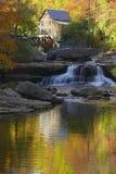 Το άλεσμα Mil κολπίσκου ξέφωτων και οι αντανακλάσεις και το νερό φθινοπώρου εμπίπτουν στο μπαμπκοκ κρατικό πάρκο, WV στοκ φωτογραφία με δικαίωμα ελεύθερης χρήσης
