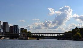 Το άλογο θάλασσας διαμόρφωσε τα σύννεφα πάνω από Pont de Bir-Hakeim, ποταμός Siene, Παρίσι Στοκ Φωτογραφίες