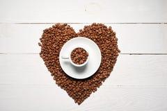 το έγγραφο αγάπης καρδιών έννοιας καφέ φασολιών χτυπά το διαμορφωμένο τρύγο Στοκ Εικόνες