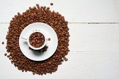 το έγγραφο αγάπης καρδιών έννοιας καφέ φασολιών χτυπά το διαμορφωμένο τρύγο Στοκ εικόνες με δικαίωμα ελεύθερης χρήσης