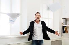 Το έγγραφο πτώσης επιχειρηματιών, έχει τη διασκέδαση μετά από την εργάσιμη ημέρα Στοκ φωτογραφία με δικαίωμα ελεύθερης χρήσης