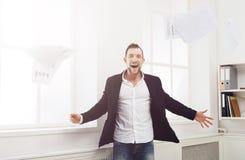 Το έγγραφο πτώσης επιχειρηματιών, έχει τη διασκέδαση μετά από την εργάσιμη ημέρα Στοκ εικόνα με δικαίωμα ελεύθερης χρήσης