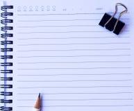 Το έγγραφο σημειωματάριων με το άσπρο μολύβι και το μαύρο έγγραφο ψαλιδίζουν στο άσπρο υπόβαθρο για τη σύσταση Στοκ εικόνες με δικαίωμα ελεύθερης χρήσης