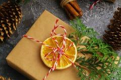 Το έγγραφο τεχνών παρουσιάζει κιβωτίων σκοινιού του FIR δέντρων ξηρά τεμαχισμένα πορτοκαλιά φρούτα σφαιρών κλάδων τα κόκκινα στο  Στοκ φωτογραφίες με δικαίωμα ελεύθερης χρήσης