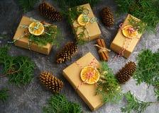 Το έγγραφο τεχνών παρουσιάζει κιβωτίων σκοινιού του FIR δέντρων ξηρά τεμαχισμένα πορτοκαλιά φρούτα σφαιρών κλάδων τα κόκκινα στο  Στοκ Εικόνες