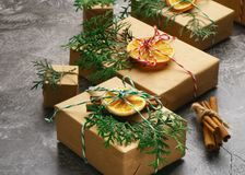 Το έγγραφο τεχνών παρουσιάζει κιβωτίων σκοινιού του FIR δέντρων ξηρά τεμαχισμένα πορτοκαλιά φρούτα σφαιρών κλάδων τα κόκκινα στο  Στοκ εικόνες με δικαίωμα ελεύθερης χρήσης