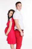 Το έγκυα κορίτσι και το αγόρι φορούν τα κόκκινα ενδύματα Στοκ εικόνες με δικαίωμα ελεύθερης χρήσης