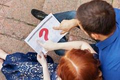 Το έγκυο ζεύγος προγραμματίζει μια ημερομηνία της γέννησης μωρών με το ημερολόγιο Στοκ εικόνες με δικαίωμα ελεύθερης χρήσης