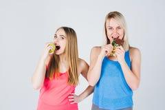 Το έγκυο κορίτσι και ο φίλος της τρώνε τη Apple και μια σοκολάτα Στοκ φωτογραφία με δικαίωμα ελεύθερης χρήσης