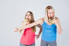 Το έγκυο κορίτσι και ο φίλος της τρώνε τη Apple και μια σοκολάτα Στοκ Φωτογραφία