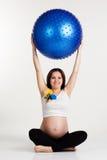 Το έγκυο κορίτσι κρατά fitball στα χέρια Στοκ Εικόνες