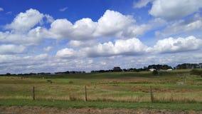 το έδαφος του μακριού άσπρου σύννεφου στοκ εικόνα