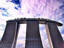 Το λέιζερ παρουσιάζει της άμμου και του κήπου κόλπων μαρινών της Σιγκαπούρης από τον κόλπο Στοκ Φωτογραφία