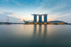 Το λέιζερ παρουσιάζει της άμμου και του κήπου κόλπων μαρινών της Σιγκαπούρης από τον κόλπο στοκ φωτογραφίες