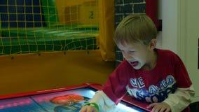 Το έκπληκτο μπλε eyed αγόρι παρουσιάζει πολλές συγκινήσεις σε σε αργή κίνηση απόθεμα βίντεο
