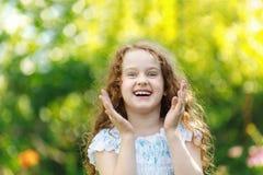 Το έκπληκτο χαμόγελο μικρών κοριτσιών και παρουσιάζει άσπρα δόντια Στοκ φωτογραφίες με δικαίωμα ελεύθερης χρήσης