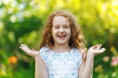 Το έκπληκτο χαμόγελο μικρών κοριτσιών και παρουσιάζει άσπρα δόντια Υγιές SMI Στοκ εικόνα με δικαίωμα ελεύθερης χρήσης