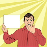 Το έκπληκτο άτομο κλείνει το στόμα του με τα χέρια Στοκ Φωτογραφία