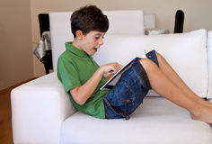 Το έκπληκτο αγόρι διαβάζει ένα βιβλίο Στοκ φωτογραφία με δικαίωμα ελεύθερης χρήσης