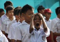 Το έκφραση των παιδιών σχολείου κατά είσοδο της πρώτης ημέρας του sch Στοκ εικόνες με δικαίωμα ελεύθερης χρήσης