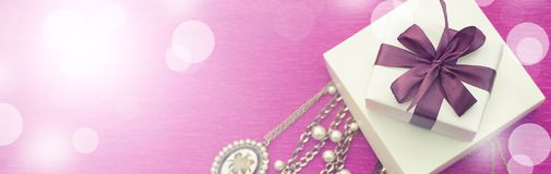 Το έμβλημα η διακοσμητική σύνθεση συσκευάζεται σε ένα κιβώτιο δώρων για τις γυναίκες Στοκ Εικόνες