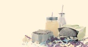 Το έμβλημα που η εορταστική σύνθεση πίνει tinsel μπισκότων χάμπουργκερ διακοπών πρόχειρων φαγητών το κοκτέιλ κιβωτίων δώρων κομφε Στοκ Εικόνα