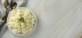 Το έμβλημα τυριών εξοχικών σπιτιών, στο ελαφρύ, μαρμάρινο υπόβαθρο Γαλακτοκομικά προϊόντα, ασβέστιο και πρωτεΐνη r στοκ εικόνες