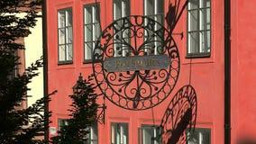 Το έμβλημα, ένα σημάδι επάνω από την είσοδο στο εστιατόριο στη Στοκχόλμη Σουηδία φιλμ μικρού μήκους