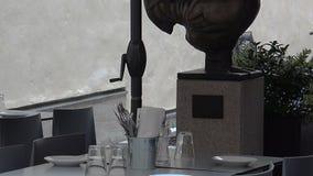 Το έμβλημα, ένα σημάδι επάνω από την είσοδο στο εστιατόριο στη Στοκχόλμη Σουηδία απόθεμα βίντεο
