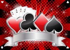 Το έμβλημα χαρτοπαικτικών λεσχών με την κάρτα ταιριάζει, τέσσερις άσσοι και ασημένια κορδέλλα στο κόκκινο και μαύρο ημίτονο διάνυ Στοκ φωτογραφία με δικαίωμα ελεύθερης χρήσης