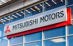 Το έμβλημα Mitsubishi στο γραφείο του επίσημου εμπόρου. Στοκ φωτογραφία με δικαίωμα ελεύθερης χρήσης