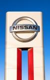 Το έμβλημα Nissan στο υπόβαθρο μπλε ουρανού Στοκ Εικόνες