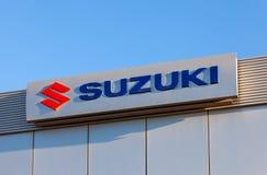Το έμβλημα Suzuki πέρα από το μπλε ουρανό Στοκ εικόνες με δικαίωμα ελεύθερης χρήσης