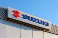 Το έμβλημα Suzuki πέρα από το μπλε ουρανό Στοκ Φωτογραφίες