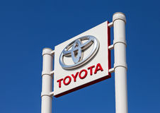 Το έμβλημα Toyota πέρα από το μπλε ουρανό Στοκ εικόνες με δικαίωμα ελεύθερης χρήσης
