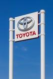 Το έμβλημα Toyota πέρα από το μπλε ουρανό Στοκ φωτογραφία με δικαίωμα ελεύθερης χρήσης