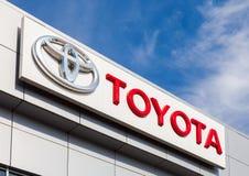 Το έμβλημα Toyota στο γραφείο του επίσημου εμπόρου Στοκ Εικόνες