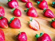 Το ένα η φράουλα το σχέδιο των φραουλών επάνω Στοκ εικόνα με δικαίωμα ελεύθερης χρήσης